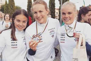 De svenska tjejerna firar sina medaljframgångar under VM. Jackline Lockner till höger. Foto: Privat