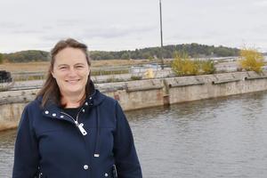Carolina Sahlén, projektledare för hållbarhet i Norrtälje hamn, ser stora möjligheter med den planerade Galärparken i Norrtälje hamn. I bakgrunden syns den pir som ska leda ut till hamnbadet.