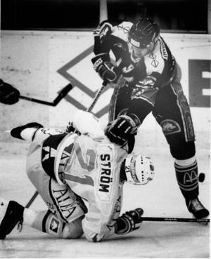 Nicklas Lidström i duell med HV71:s Dennis Ström under sin sista säsong i VIK 90-91.