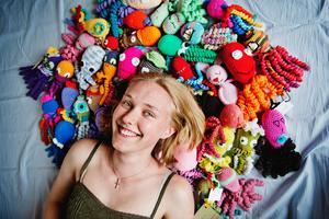 Louise Harker virkar själv och samlar in andras virkade bläckfiskar till USÖ:s neonatalavdelning. Ett projekt som startade i Danmark.