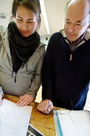 Thord Larsson hjälper Sandra Lennartsson att med monologerna.