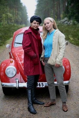 """Marie Robertson och Eva Röse i """"Rallybrudar""""."""