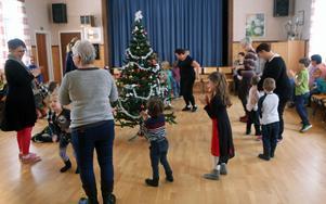 Dans kring granen under julgransplundringen i Remmens bygdegård.