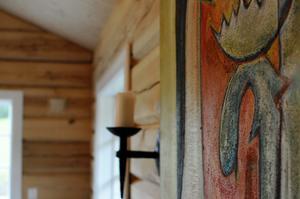 Det är mycket naturmaterial hos Stian i Jormvattnet. Sten, järn och trä. Färgstarkt men i varma, dova kulörer. De handsmidda ljushållarna har smeden Tommy Strömqvist på Muråsen utanför Strömsund tillverkat.