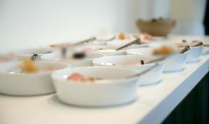 Rad på rad står de 120 faten redo för servering.