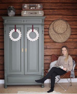 Caroline Klinker och hennes vackra kransar i huset i Umeå. Bild från Instagramkontot @etthusbliretthem. Foto: Caroline Klinker