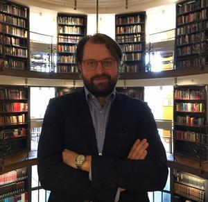 Erik Wikberg är ny krönikör på ledarsidan och trivs bäst i biblioteket, här på Handelshögskolan i Stockholm.