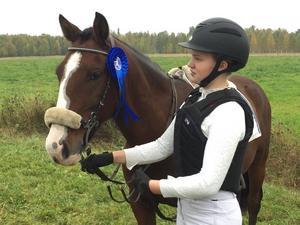 Foto: Privat. Hästar var Elsas stora intresse. Hon tävlade för Vansbro Ryttarsällskap och skötte om tre hästar på sin gård.