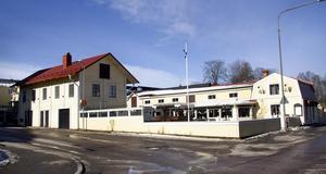 Idag ligger restaurang 49:an här vid Lillfjärden. Ska en ful modern låda placeras på bästa ställe i stan? Ska vi få ett kvarter som är dött, tyst och nedsläckt kvällar och helger, undrar insändarskribenten.