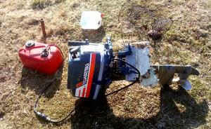 Under bärgningen lossnade båtmotorn från plastbåten.