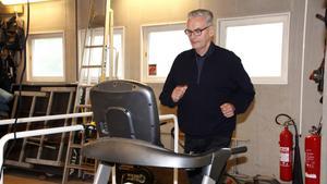 """Inte många 70-åringar har lika bra kondition som Åke Nilsson, som löptränar i skogen flera gånger i veckan. Löpbandet på stationen funkar bra vintertid. """"Jag kommer att fortsätta som brandman så länge jag klarar de årliga kraven vid läkarundersökning, konditionstest och andra kompetenser"""", säger han."""