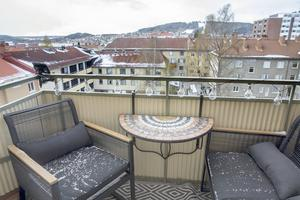 Balkong med utsikt över takåsarna var ett krav när Johanna Thofelt letade lägenhet.