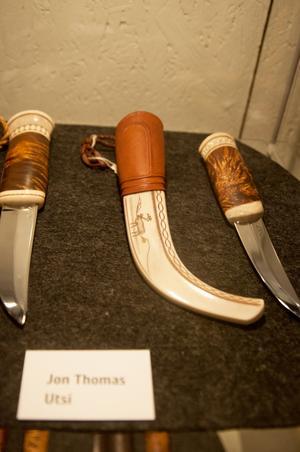 Fjäll och renar syns bland motiven på knivarna skapade av Jon Thomas Utsi.