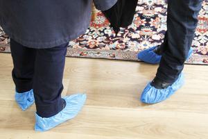 Blå skoskydd var nödvändigt för alla som ville se den färdigställda lägenheten.
