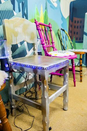 Gänget i Geek Girl Mini har tillverkat tekniska stolar som blinkar och låter. De lånades ut till SM-veckan så att allmänheten kunde titta närmare på dem.