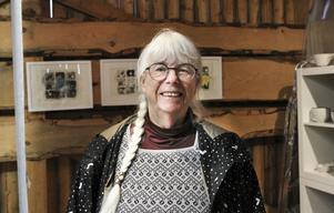 Ulla Winblad ställer ut sina vävda verk i en av sjöbodarna.