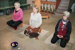 Karin Fjellstjärna (i mitten) har hållit på med kristen djupmeditation sedan 80-talet. Men i Viby kyrka har dessa meditationspass, som hon numera leder, varit pausade en tid. Hon startade en ny grupp i höstas och förra veckan i torsdags var det säsongsstart igen.
