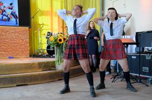 """Dansföreställningen """"Fatta!"""" med dansgruppen Juck turnerar med Riksteatern i vår. Från vänster: Madeleine Ngoma och Shirley Harthey Ubilla. Foto: Maja Suslin/TT"""