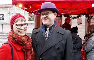 – Vi har klätt upp oss lite extra för att det är julmarknad och för att vi tycker det är kul, sa Ragnhild Bolin och Arvid Nordwall. De är nyinflyttade i Nora från Lund. Ragnhild är lärare på Restauranghögskolan i Grythyttan.