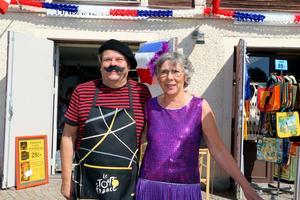Ulf Ludvigsson och Eleonora Andersson utanför affärerna i Askersunds hamn på Frankrikes nationaldag.Foto: Peter Eriksson/Arkiv