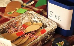 Egenhändigt tillverkade smörknivar  är något av vad som bjuds ut till försäljning när F-2-eleverna bjuder in till julmarknad.