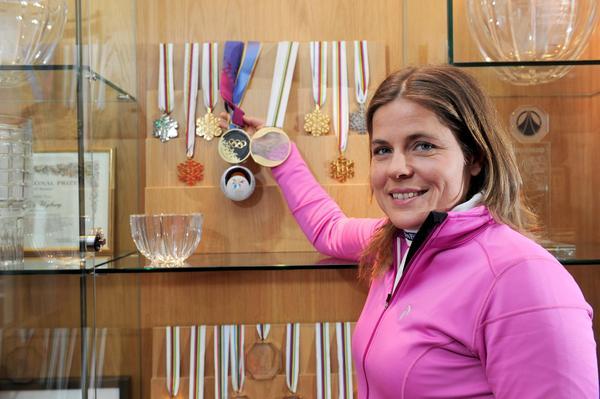 Pernilla Wiberg med sina två OS guld som finns tillsammans med hela hennes prissamling på hennes hotell på Idre Fjäll.