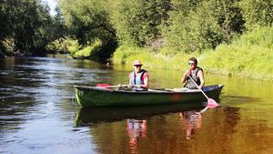 Ingela Sundström och Sterner Andersson njuter av kanotfärden längs Ljustorpsån.