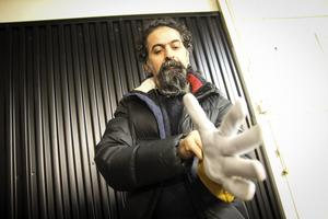 Seywan Saedian drar genast på sig de nya handskarna.