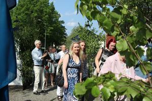 Släkt och vänner på väg in i kyrkan för att lyssna på talen som hölls och se utdelningen av stipendier. Sara Jern, Oskar Jern och Jenny Sjöö var några av alla gäster.