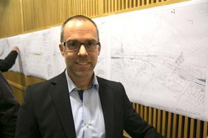 Niklas Linnsén berättar att i år ska Skeppmora få den länge efterlängtade gång- och cykelvägen.