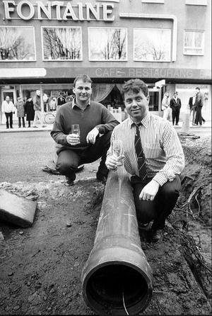 I förgrunden Bert Eriksson och bakom honom Roland Liljeqvist som var initiativtagarna till landets första öl-pipeline. Bild: Gun Wigh.