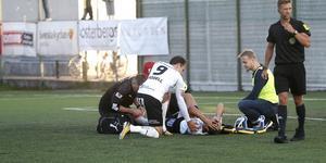 Viktor Prodell satt länge och tröstade Arvid Brorsson efter den unge ÖSK-backens allvarliga skada i slutet av den första halvleken.