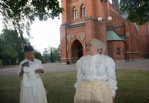 I den gamla träkyrkan stod klockringaren och märkte inte att lågorna började slicka väggarna. Tina Johansson och Frida Lundström berättar hur en fru Karlsson sprang in och drog honom med sig. De hann också rädda kyrkböckerna innan kyrkans valv började rasa samman.
