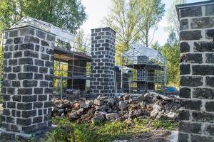 """För att återställa pelarna till sin ursprungliga höjd har det krävts mer slaggsten än vad som fanns på platsen. De fick tips om en källare i Färna som skulle rivas som bestod av sten med precis rätt färg och storlek. """"En riktig lyckträff"""", säger byggkoordinatorn Björn Gustavsson."""