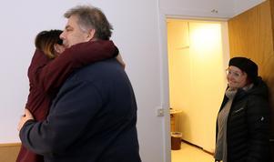 Martin Grelzén får ännu en kram på vägen ut.