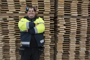 Mattias Edlund, platschef på såganläggningen i Långsele, Anundsjö, gläds åt storsatsningen som ägaren Högland Såg & Hyvleri gör på sågen.