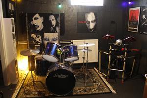 Kreativiteten får utrymme även i replokalen som är full av instrument.