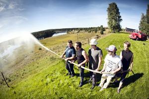 Claes Dahlberg, Jim Abrahamsson, Tomas Grundström, Jonathan Molund och Sebastian Eriksson provar brandbilens slang.