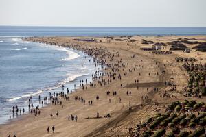 Folkvandring mot sanddynerna från Playa de Inglés.