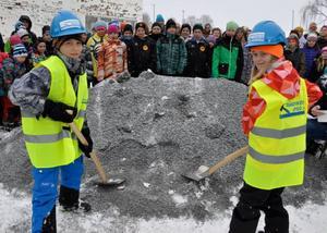 Eleverna Erik Dahlgren och Lova Stridh, från Myrvikens skola, fick hjälpa till att ta de första spadtagen i bygget av Mötesplats Oviken.