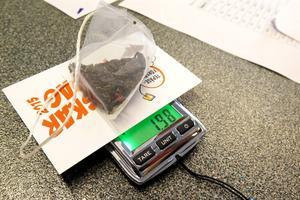 Den extremt känsliga vågen från Umeå universitet visade att de här gröna tebladen vägde 1,98 gram