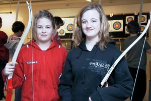 11-åringarna Elvira Forsblom och Tova Embretsen från Viksjöfors berättar att de, förutom att testa bågskytte, är med kompisar och åker skidor under sportlovet.