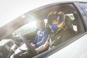Prins Carl Philip under testdag med pristagarna i Prins Carl Philips Racing Pokal i Karlskoga 2017. Foto: Kicki Nilsson/TT