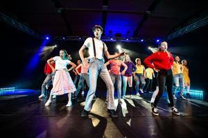Showen har inslag från både musikaler och film.
