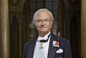 H.M. Konung Carl XVI Gustaf. OBS. Det hade varit lätt att välja en bild på farbror kungen när han ser tokrolig ut med håret på ända. Istället väljer jag denna officiella bild. Foto Peter Knutson, Kungahuset