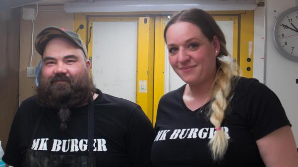 Mika Koskinen är rörmokare i grunden och Johanna Norén har tidigare arbetat inom äldrevården. Nu satsar de på burgare.