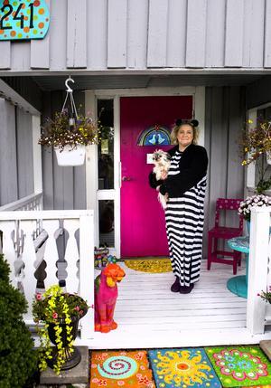 Välkommen till mig, säger Annika Frank och öppnar den knallrosa ytterdörren.