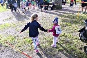 Skönt med en storasyster när man begår löparpremiär - Ellen Helge hjälpte lillsyrran Alice fram till startlinjen.