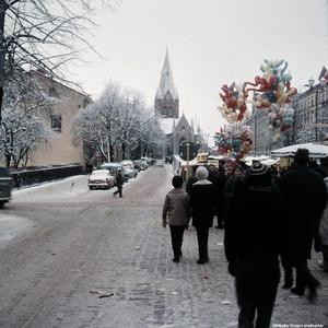 1963. Då var det biltrafik längs Stortorgets södra sida. (Bild: Örebro stadsarkiv)