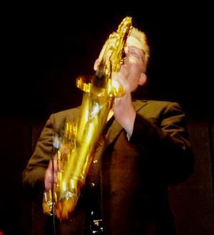 """Pär-Åke Stockberg bjöd publiken på det ena saxofonsolot efter det andra. Med """"American Patrol"""" i tredje numret så var manegen krattad. Foto: Christina Häggkvist"""